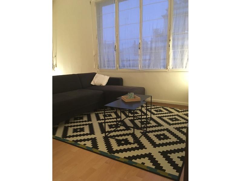 Photo avant - aménagement d'une grande pièce de vie en séparant l'espace nuit du salon avec intégration des éléments meubles et déco déjà existants