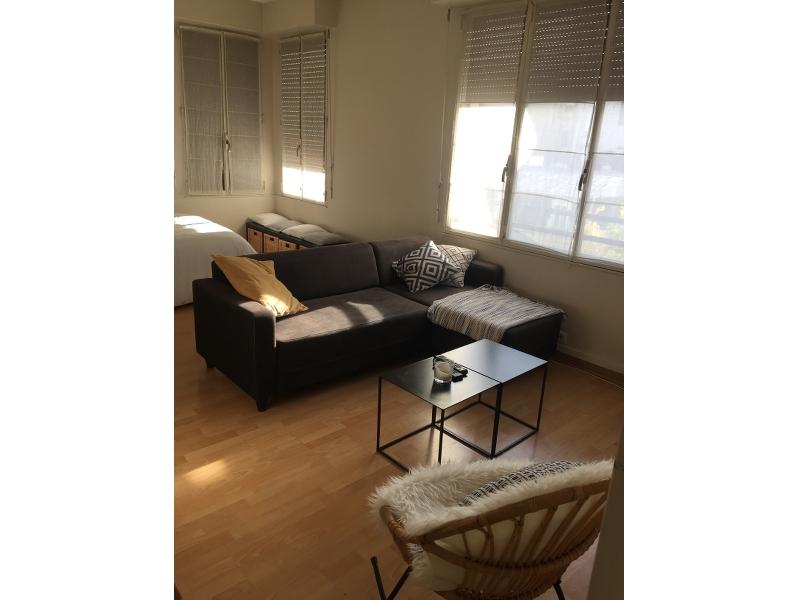 Photo après - aménagement d'une grande pièce de vie en séparant l'espace nuit du salon avec intégration des éléments meubles et déco déjà existants