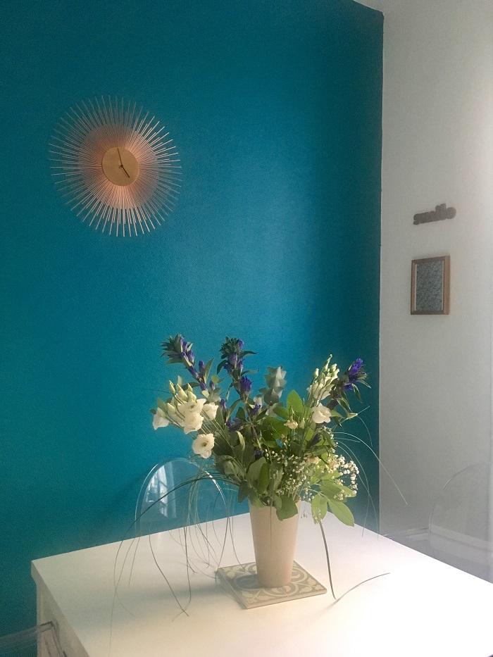 cuisine modernisée en bleu canard