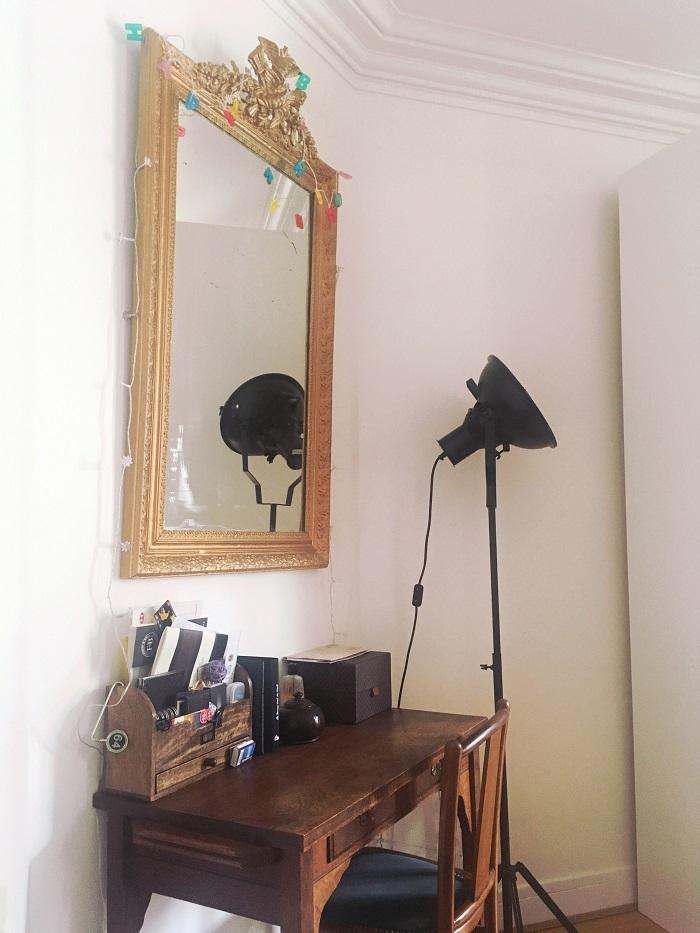 salon haussmanien mixant meubles anciens et objets modernes