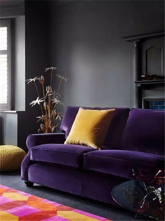 salon canapé violet avec coussin moutarde