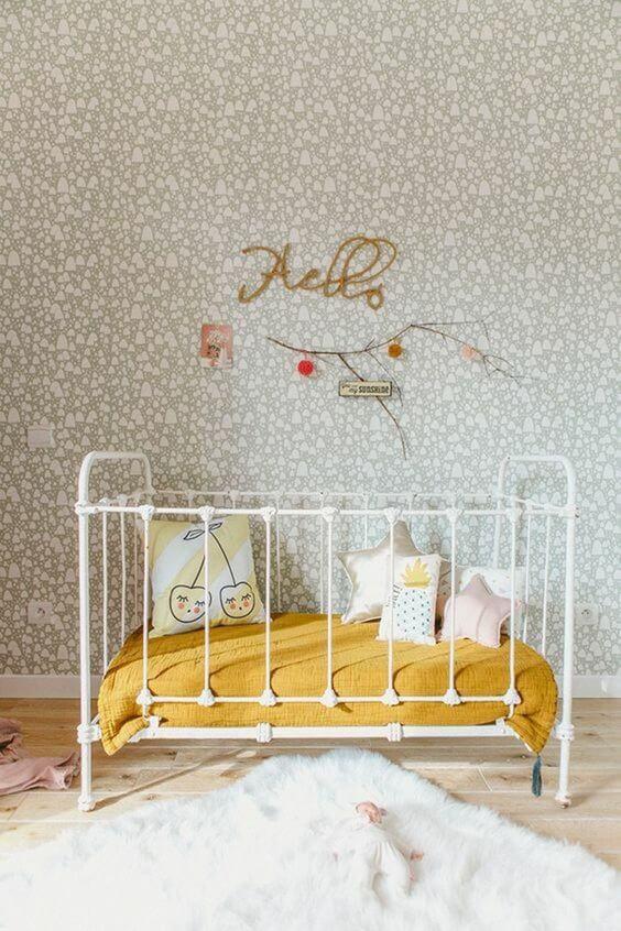 chambre de bébé avec un lit moutarde