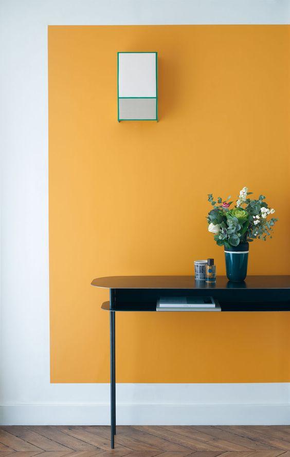 aplat de couleur moutarde dans un couloir