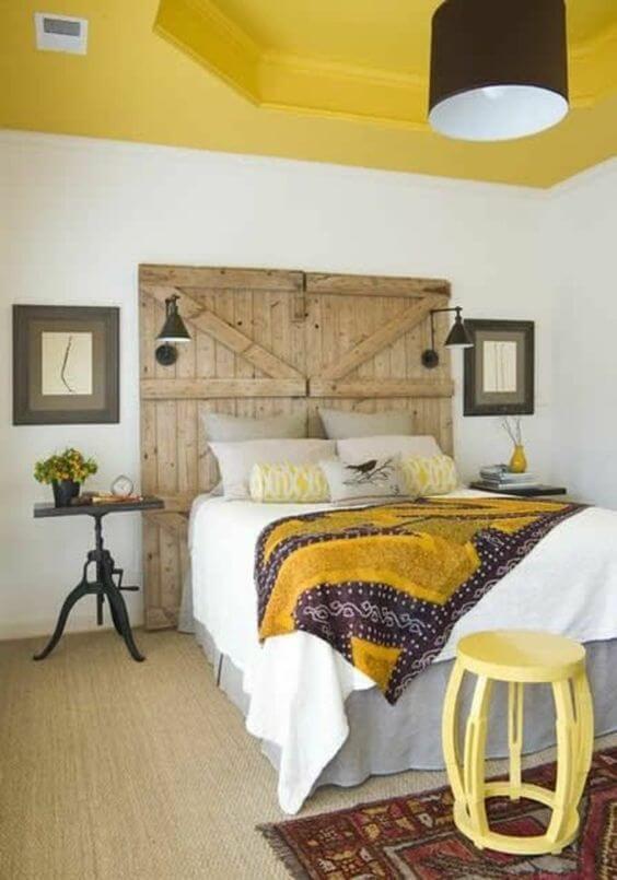 chambre blanche avec un plafond couleur moutarde