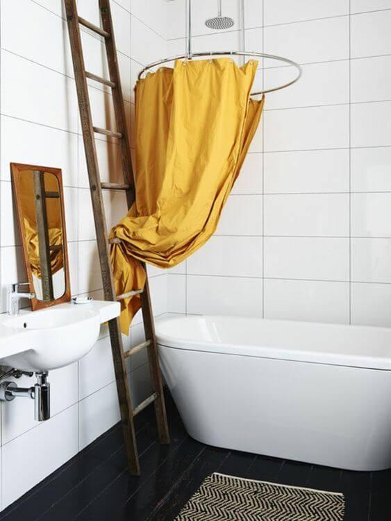 salle de bain neutre avec des touches de couleur moutarde