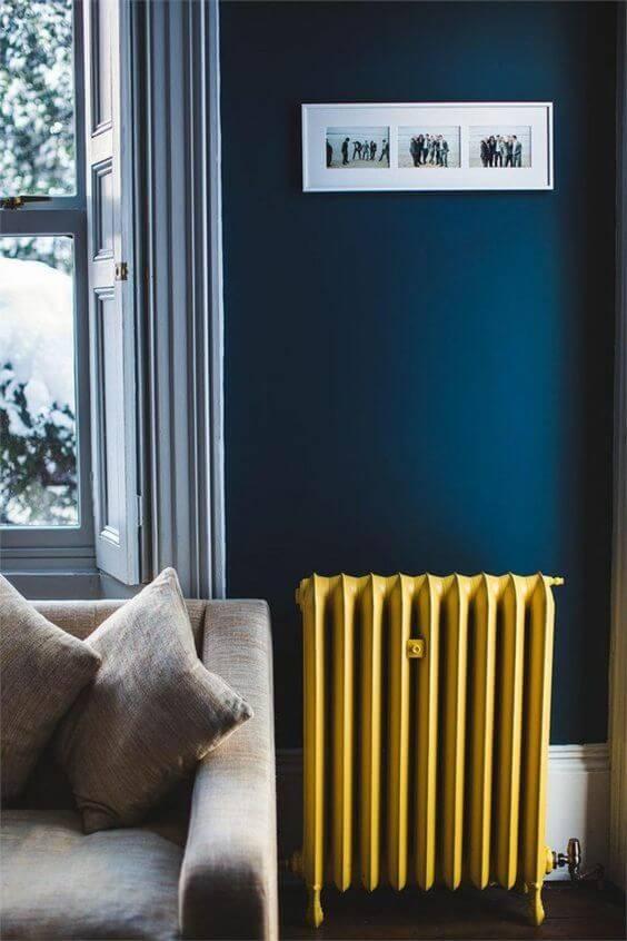 salon bleu fonce avec un radiateur couleur moutarde
