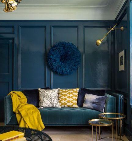 salon bleu fonce avec des touches de moutarde