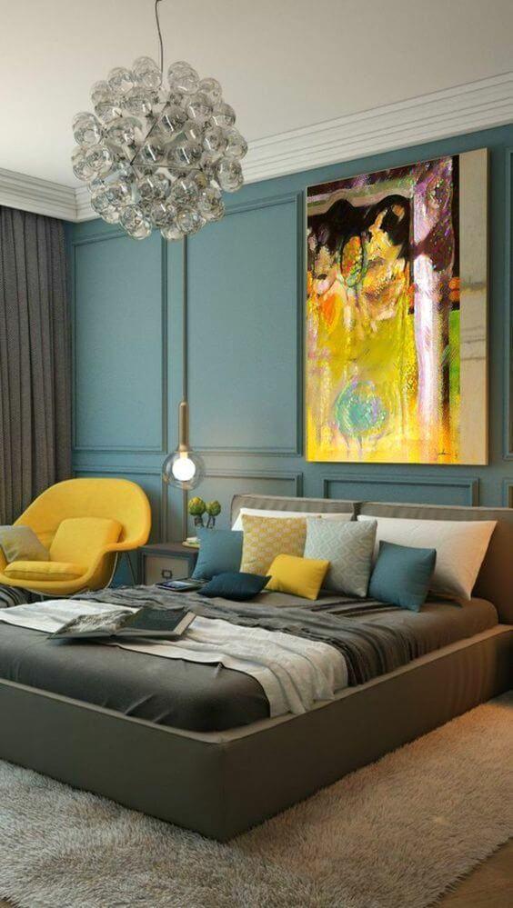chambre grise avec des touches de couleur moutarde