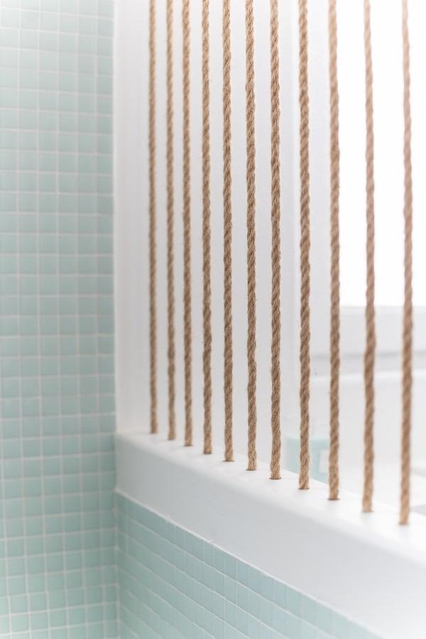 Zoom sur la séparation entre les toilettes et la salle de bain