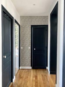 Couloir avec parquet et papier peint