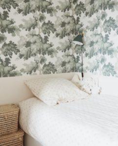 Lit chambre et papier peint végétal